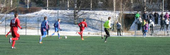 Ville Kirvesoja pelaa pallon laitaan Toni Järviselle. Etualue Aatu Manninen