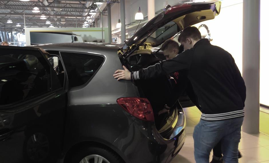 JJK-pelaajat Hilska ja Taylor tutustuivat Laakkosella Opel-autoihin